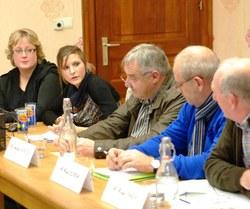 Les responsables de la Fondation Rurale de Wallonie, Mesdames Céline Lemaire et Elise Lepage, présentant les principes et le déroulement d'une Opération de Développement rural lors d'un Conseil en 2013...
